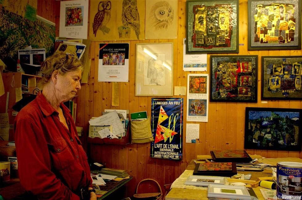 art, artist, artist studio, art workshop, painting, enamel painting, jewellery, art jewellery, goldsmith, artist at work, artist in Norway, Norway, travel, Fjærland, Sognefjord, fjord, Scandinavia